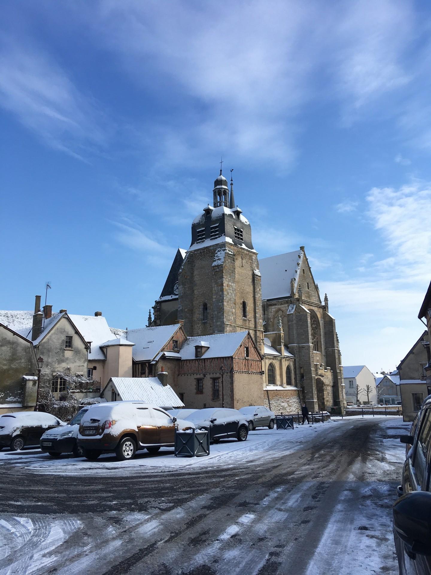 L' église saint sulpice sous la neige à Nogent le Roi