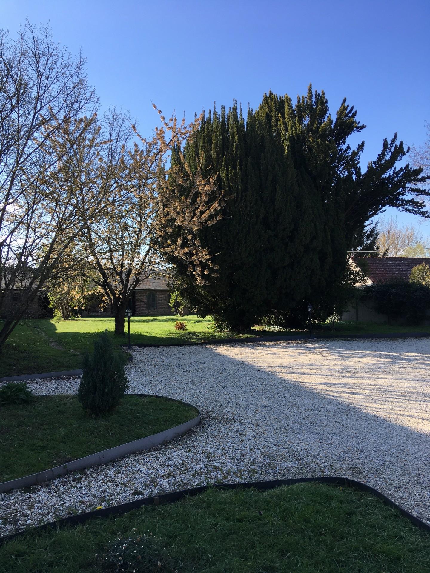 Sweet Gites à Nogent le Roi, le jardin vu du parking